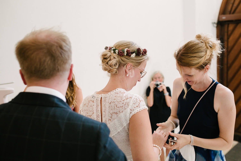 Gast schaut sich den Ring der Braut an. Hochzeit Standesamt Osnabrück.