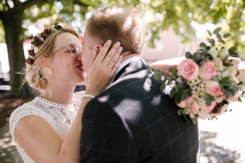 Küssendes Brautpaar beim Fotoshooting. Hochzeit Standesamt Osnabrück.