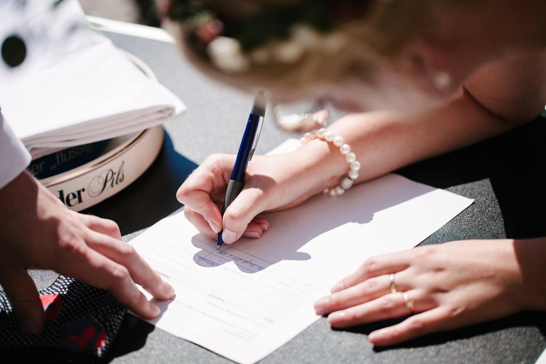 Brautpaar unterschreibt die Coronaliste.