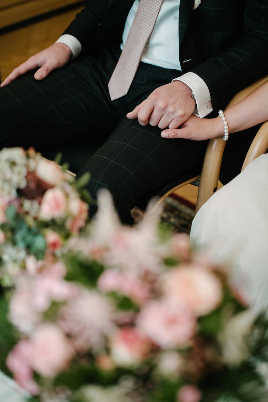 Händehaltendes Brautpaar im Standesamt. Hochzeit Standesamt Osnabrück.