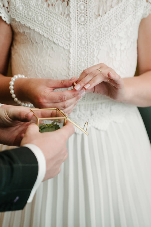 Braut hält den Ehering. Hochzeit Standesamt Osnabrück.