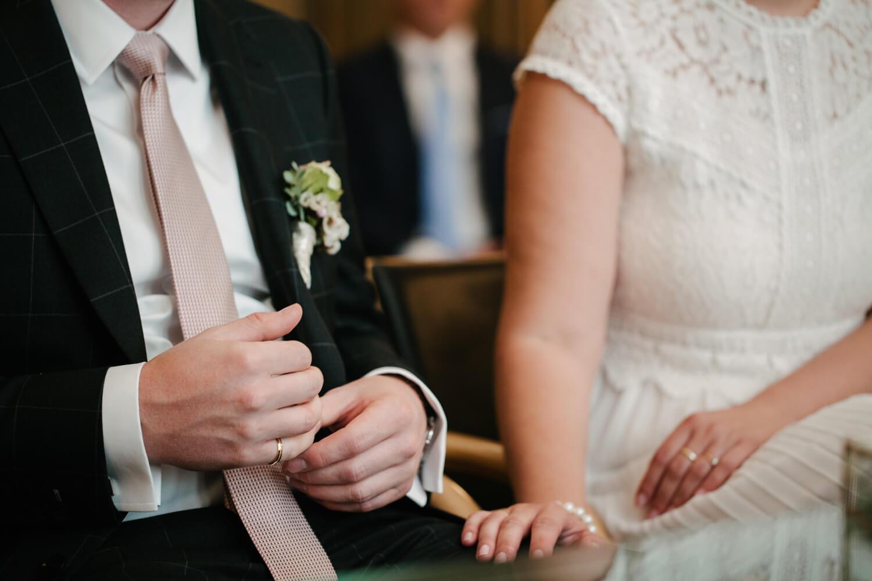 Bräutigam hält seinen Ehering. Hochzeit Standesamt Osnabrück.