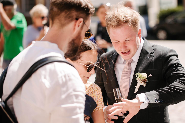Bräutigam zeigt Gästen seinen Ehering. Hochzeit Standesamt Osnabrück.