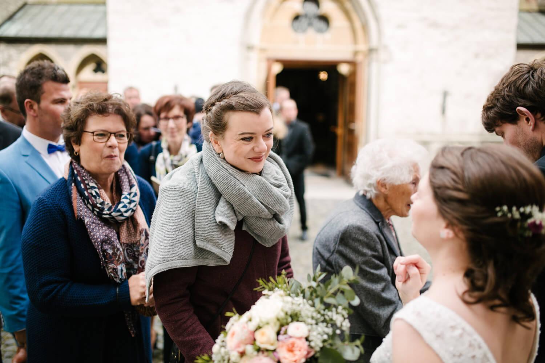 Hochzeitsgast gratuliert dem Brautpaar. Tipps für Hochzeitsfotos.