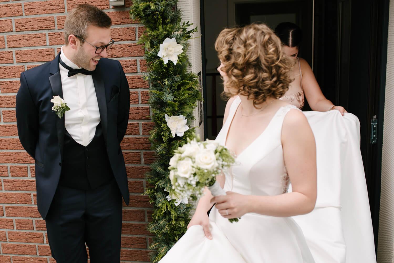 Begeisterter Bräutigam sieht seine Braut zum ersten Mal.