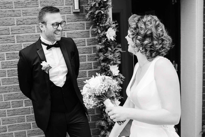 First Look des Brautpaares. Lachender Bräutigam.
