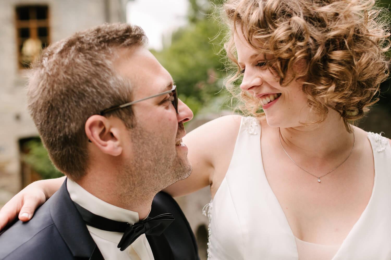 Nahaufnahme des Brautpaares. Es lächelt sich an.