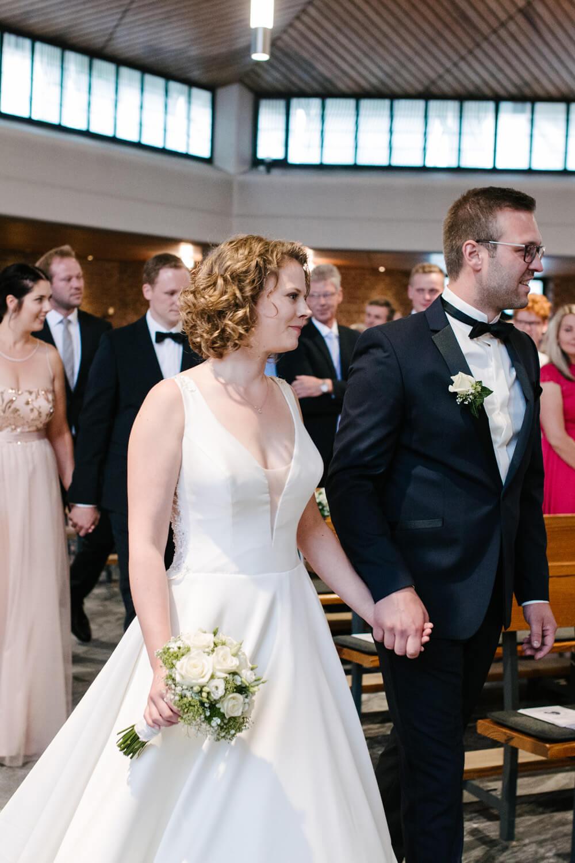 Gemeinsamer Einzug des Brautpaares in die Kirche.