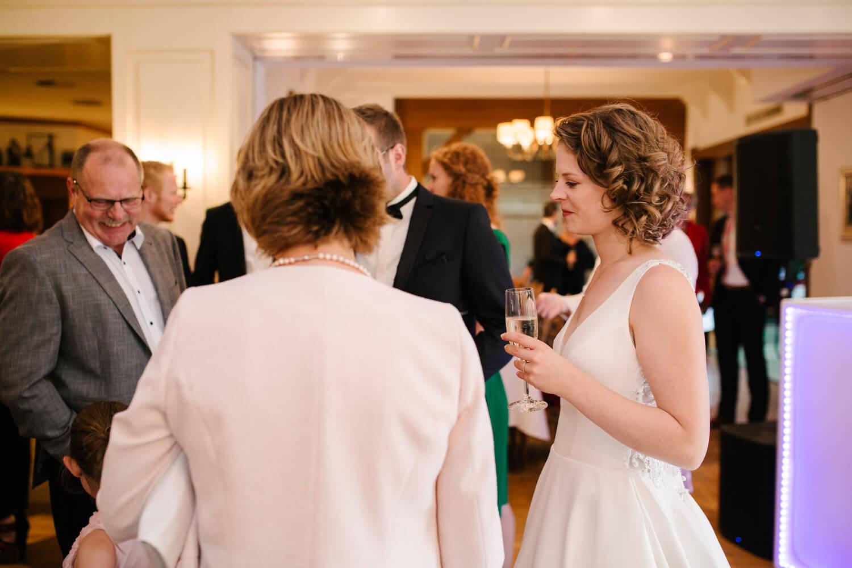 Gäste und Hochzeitspaar beim Sektempfang