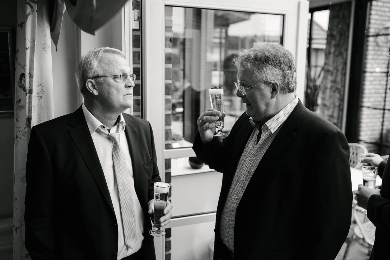 Diskutierende Gäste mit Bier.