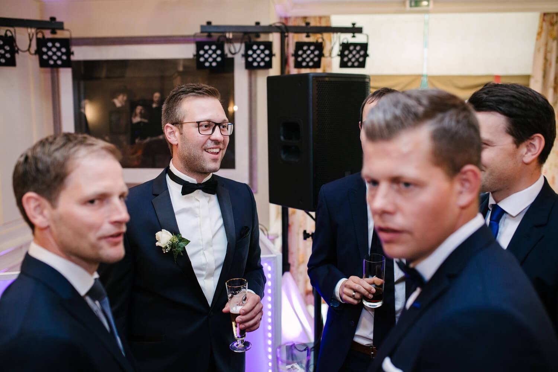 Bräutigam unterhält sich mit seinen Jungs.