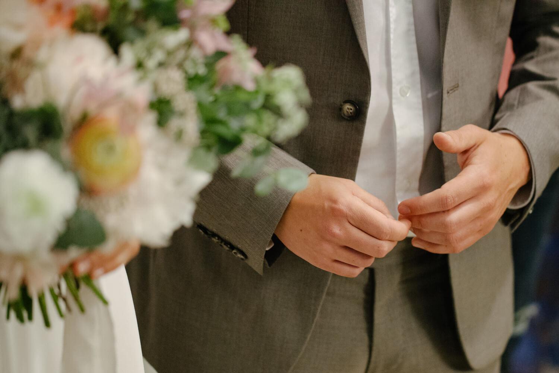 Bräutigam spielt nervös mit seinen Fingern. Standesamtliche Trauung Osnabrück.