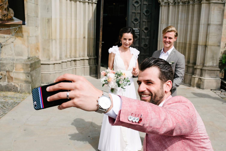 Selfie mit dem Brautpaar.