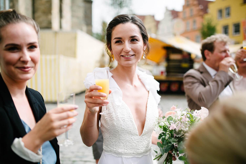 Braut vor dem Standesamt Osnabrück.