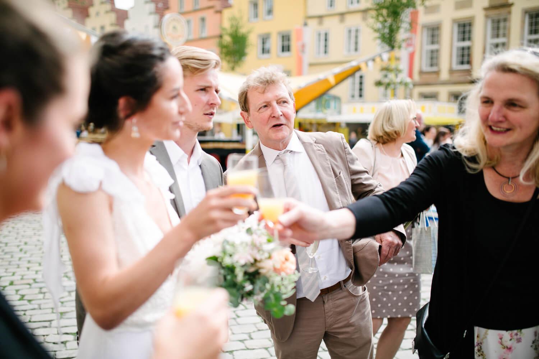 Vater des Bräutigams unterhält sich mit dem Bräutigam. Standesamtliche Trauung Osnabrück.
