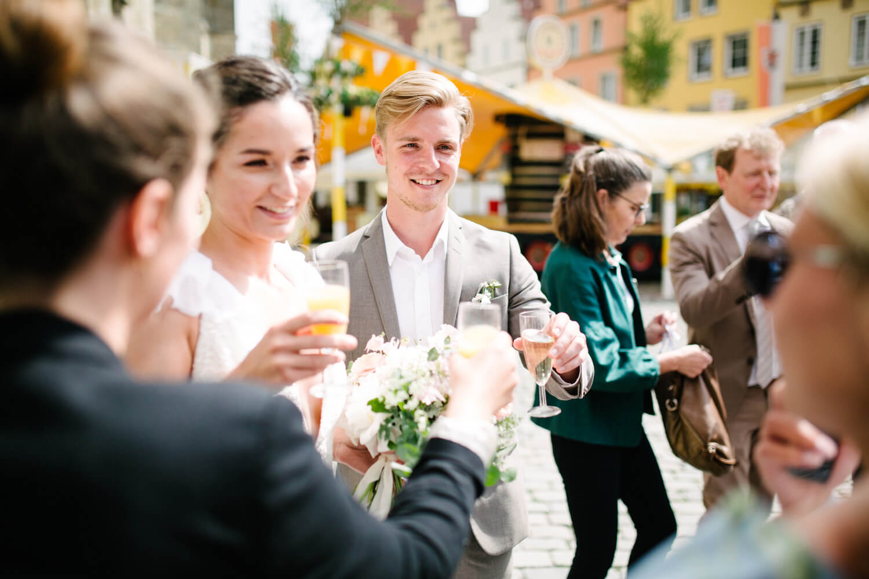Brautpaar stößt mit ihren Gästen an. Standesamtliche Trauung Osnabrück.
