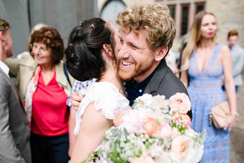 Gäste gratulieren dem Brautpaar. Standesamtliche Trauung Osnabrück.