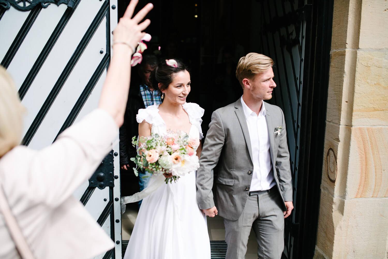 Das Brautpaar verlässt die Stadtwaage Osnabrück. Standesamtliche Trauung Osnabrück.