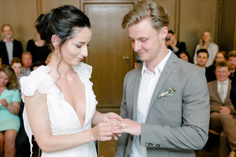 Die Braut steckt dem Bräutigam den Ehering an.Standesamtliche Trauung Osnabrück.