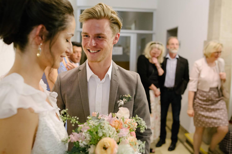 Bräutigam lächelt die Braut im Standesamt Osnabrück an. Standesamtliche Trauung Osnabrück.