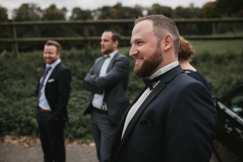 Braeutigam wartet gespannt auf den First Look mit der Braut. Hochzeit in Oesede.