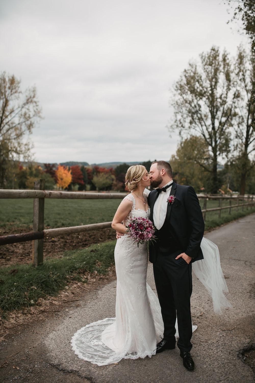 Kuessendes Brautpaar beim Fotoshooting. Hochzeit in Oesede.