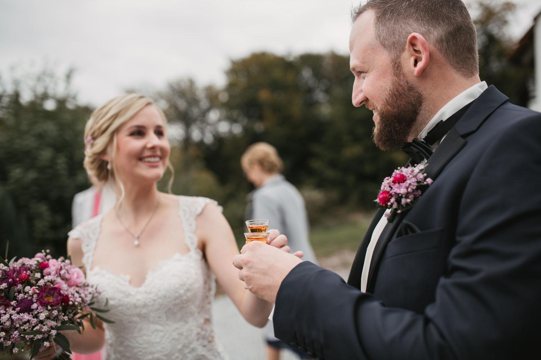 Brautpaar stoeßt auf ihre Hochzeit an. Hochzeit in Oesede.
