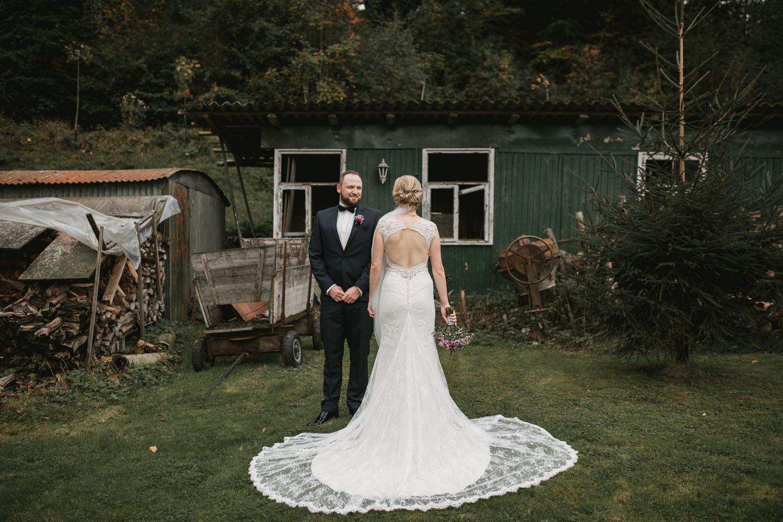 Brautpaar beim Fotoshooting vor alter Huette. Hochzeit in Oesede.