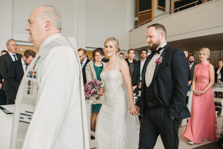 Einzug des Brautpaares in die Kirche. Hochzeit in Oesede