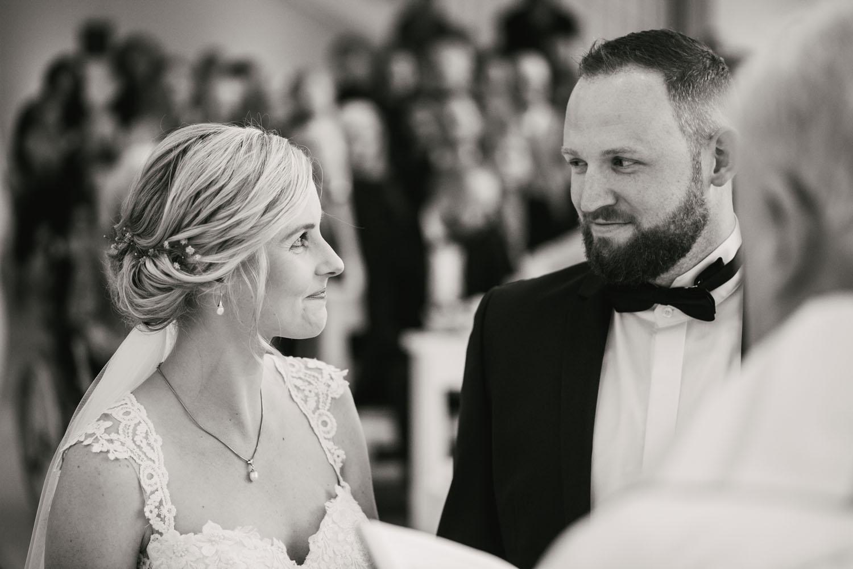 Liebender Blick des Brautpaares beim Ja Wort. Hochzeit in Oesede