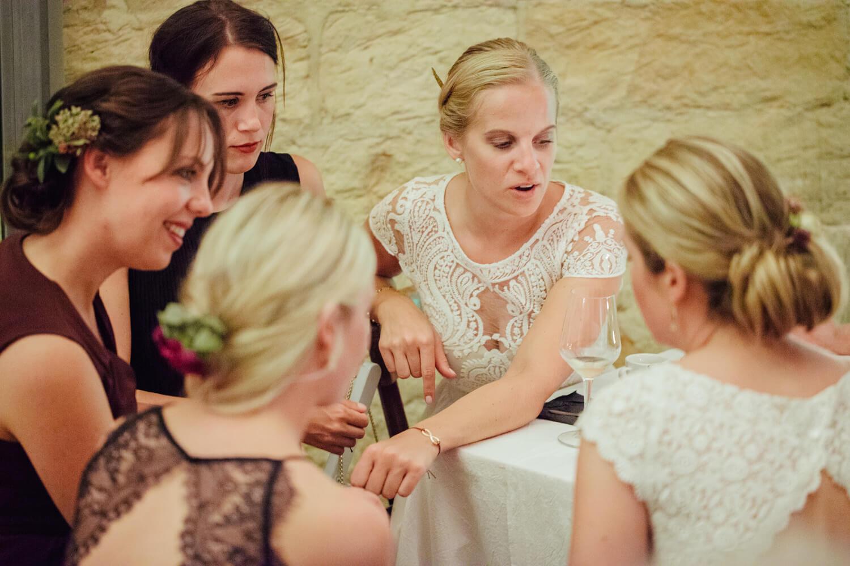 Braut unterhält sich mit ihren Gästen. Trauung Osnabrück.