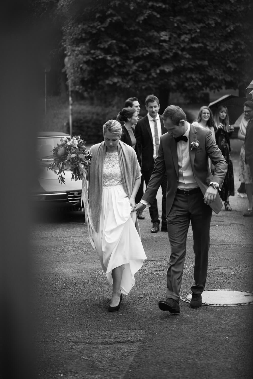 Brautpaar schreitet gemeinsam zur standesamtlichen Trauung im Schloss Osnabrück. Trauung Osnabrück.