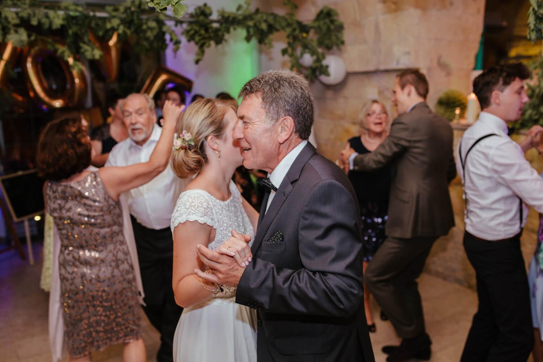 Braut tanzt mit ihrem Vater. Trauung Osnabrück.