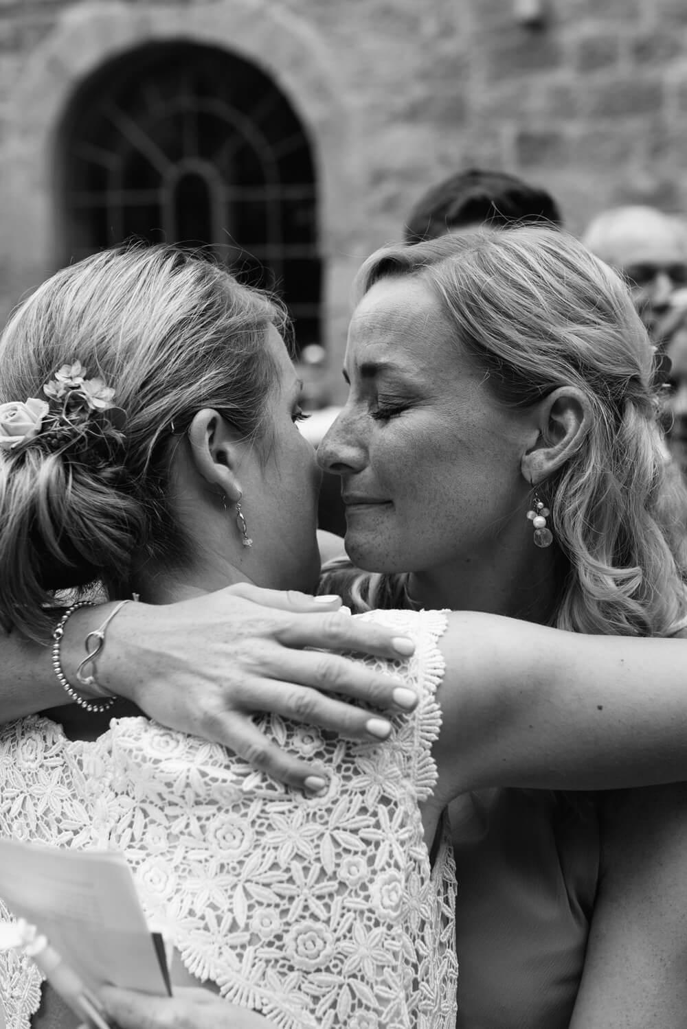 Gast gratuliert der Braut. Trauung Osnabrück.