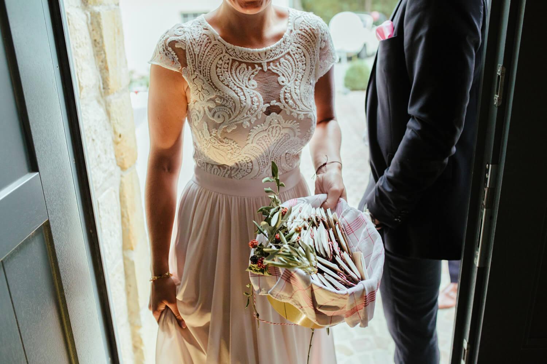 Brautjungfer bringt Taschentücher in einem Korb in die Location.