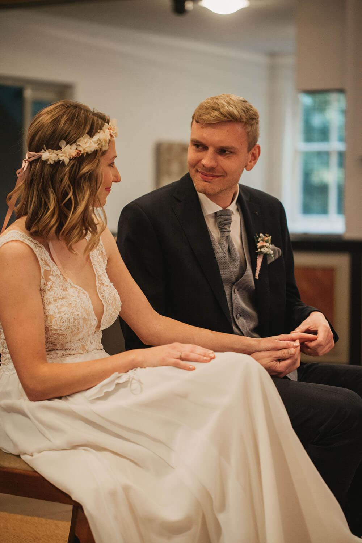 Brautpaar händehaltend am Altar. Hochzeit Sittensen. Hochzeitsfotograf Osnabrück.
