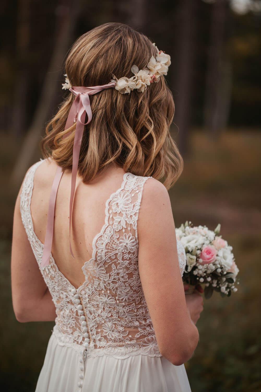 Rückansicht der Braut. Hochzeit in Sittensen.