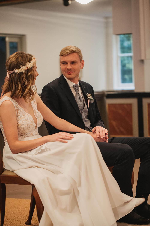Brautpaar bei der kirchlichen Trauung.