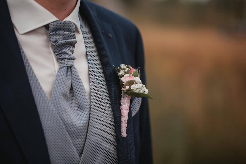 Detailfoto vom Anzug des Bräutigams. Hochzeit in Sittensen.