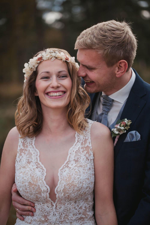 Brautpaar lachend beim Fotoshooting. Hochzeit Sittensen. Hochzeitsfotograf Osnabrück.