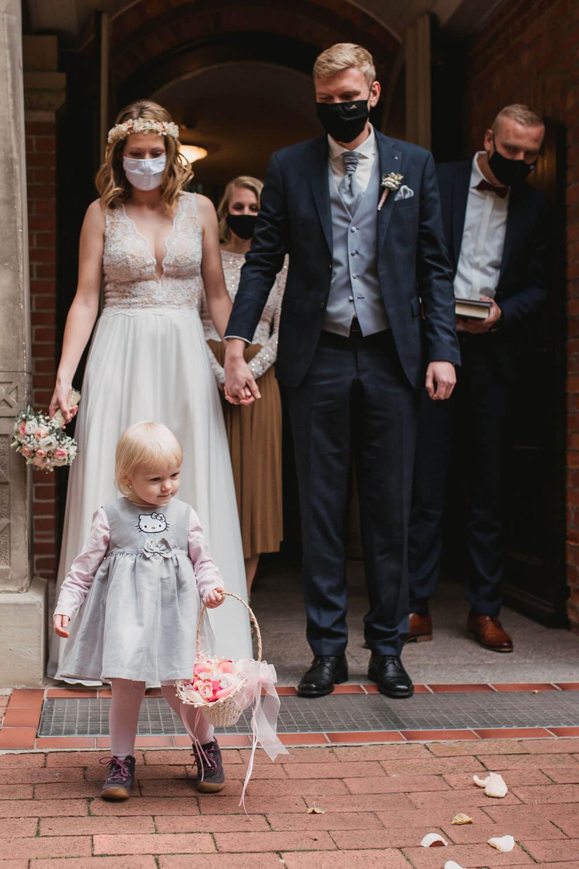 Brautpaar verlässt die Kirche.