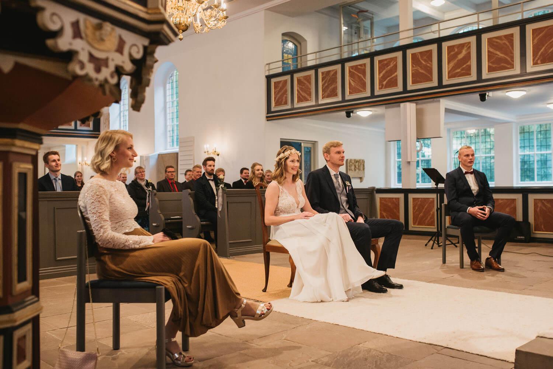 Brautpaar und Trauzeugen bei der Trauung.