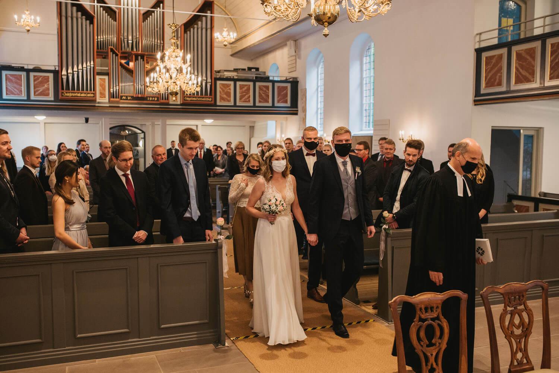 Brautpaar schreitet in die Kirche. Hochzeit in Sittensen.
