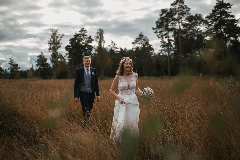 Brautpaar läuft durch das Teufelsmoor.